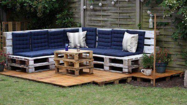 Este gran salón de jardín, muy sencillo de realizar, se hizo con palés de madera