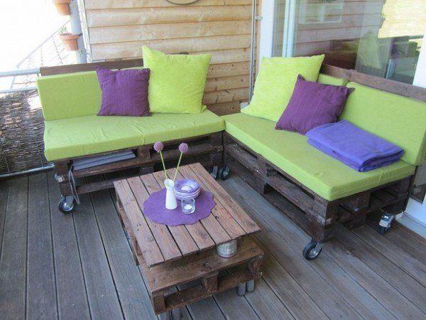 Los sillones y la mesa de centro hechos de palets están equipados con ruedas para moverlos fácilmente