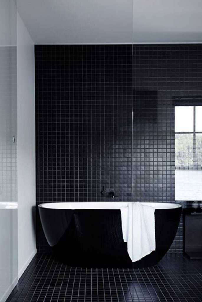 Este baño completamente negro mate es sencillo y distinguido