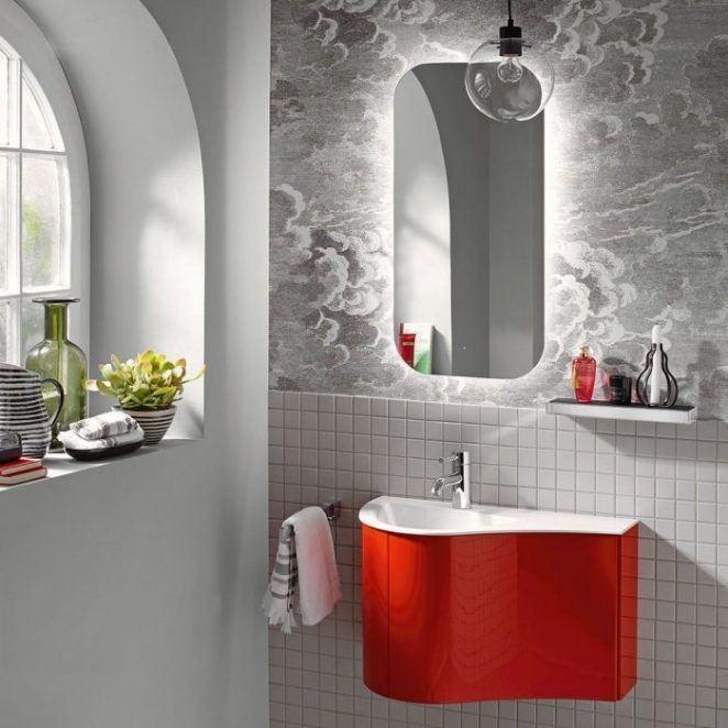Un baño moderno con papel pintado y azulejos de mosaico