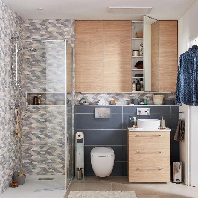 Un pequeño y moderno baño bien pensado para guardar todas tus cosas