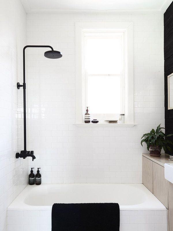 Una bañera con patas encaja perfectamente en un baño pequeño
