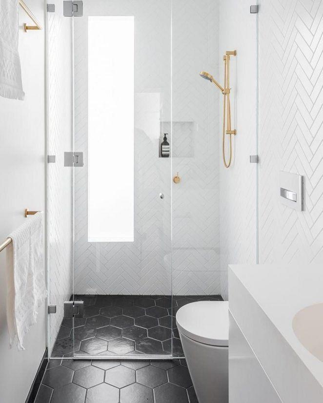 El dúo blanco y negro de este pequeño cuarto de baño le da el aspecto de un gran