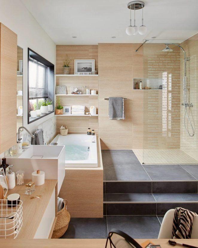 La madera clara convierte un baño en una zona de bienestar