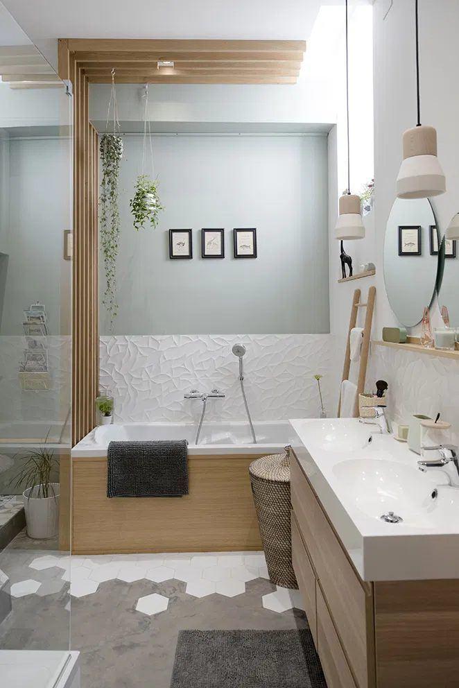 Un baño delicado y refrescante gracias a su pared pintada en verde agua
