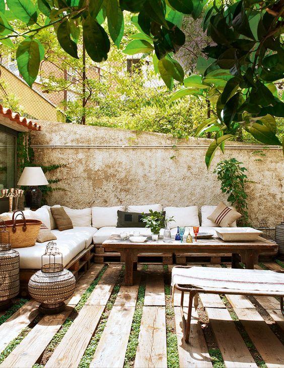 Un bonito mueble de jardín de aspecto rústico