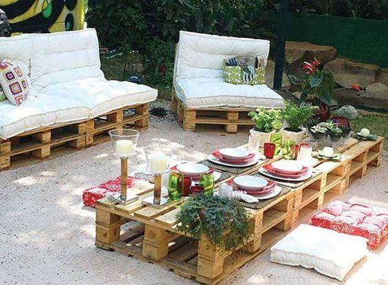 La gran mesa de centro de palets y los cómodos sofás son perfectos para recibir a la gente en los días agradables