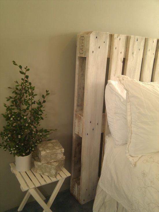 Un bonito cabecero blanco con aspecto envejecido para hacer con palets reciclados