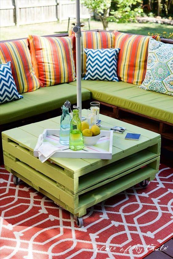 Un bonito mobiliario de jardín con un sofá y una mesa de centro hechos con palets