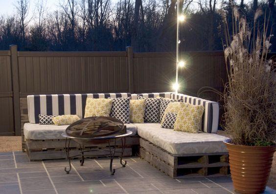 La mesa retro de hierro forjado combina a la perfección con el sofá de palets