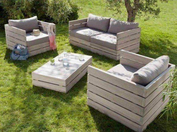 Un conjunto de muebles de jardín con sillones y una mesa de centro hechos con palets