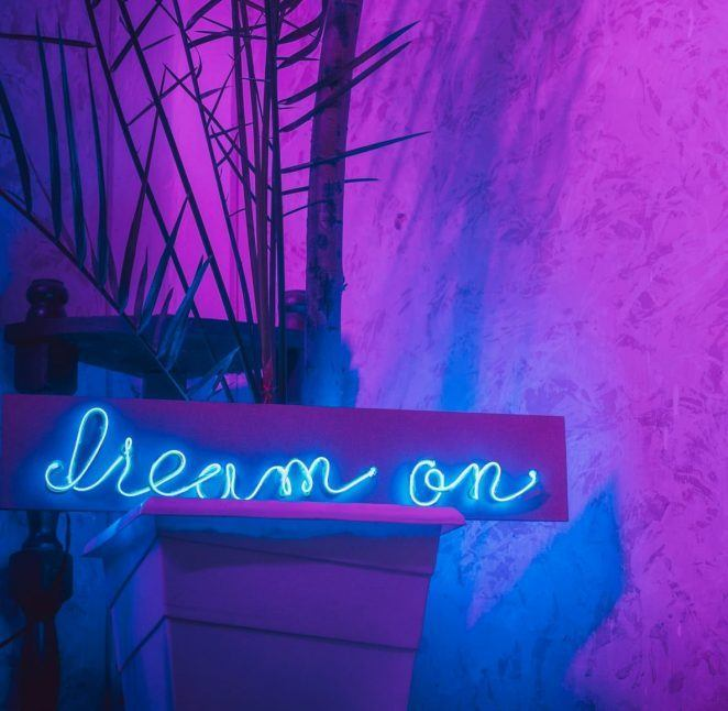 """/> <p>Chambre avec néons, miroir avec lumières LED, lumières LED bleues pour la chambre, pièce éclairée par lumières LED, signes en lumière LED… Voici les recherches populaires du moment sur Pinterest. Une indication très claire de l'émergence de l'éclairage néon et LED comme tendance dominante cette année.</p> <p style=""""text-align: center;""""> <a class=""""btn btn--arrow"""" href=""""https://www.homelisty.com/go/lights4fun-66715/"""" target=""""_blank"""">SHOPPER CETTE TENDANCE CHEZ LIGHTS4FUN</a> </p> <a name=""""2-8211-un-spa-a-la-maison"""" class=""""mwm-aal-item""""></a><h2 id=""""h-2-un-spa-la-maison"""">2 – Un spa à la maison</h2> <img src=""""https://www.homelisty.com/wp-content/uploads/2021/02/TENDANCE-DECO-BAIN.jpg"""" alt="""