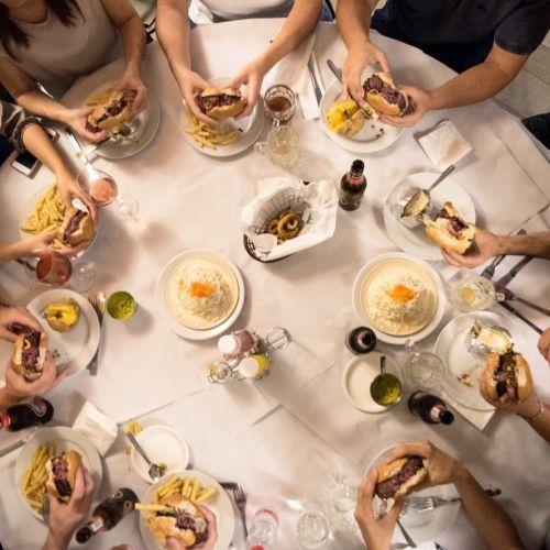 Reunión en la mesa para comer