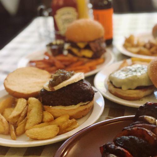Hamburguesas en mesa
