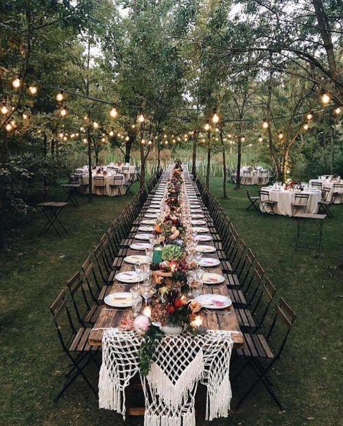 Mesa de cena en jardín iluminado