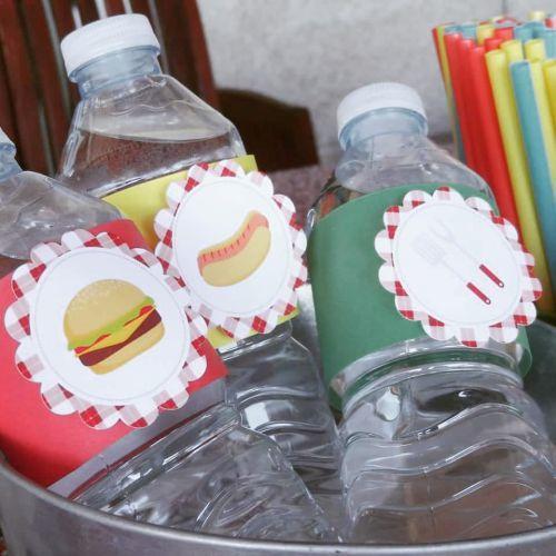 Botellas de agua con dibujos de hamburguesas y perritos calientes