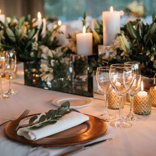 Mesa y mantel beige