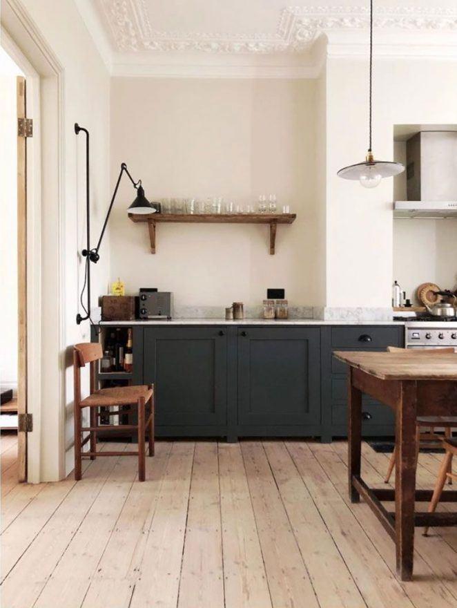 La pared de la cocina pintada en beige contrasta con los techos blancos en un interior haussmaniano, por ejemplo