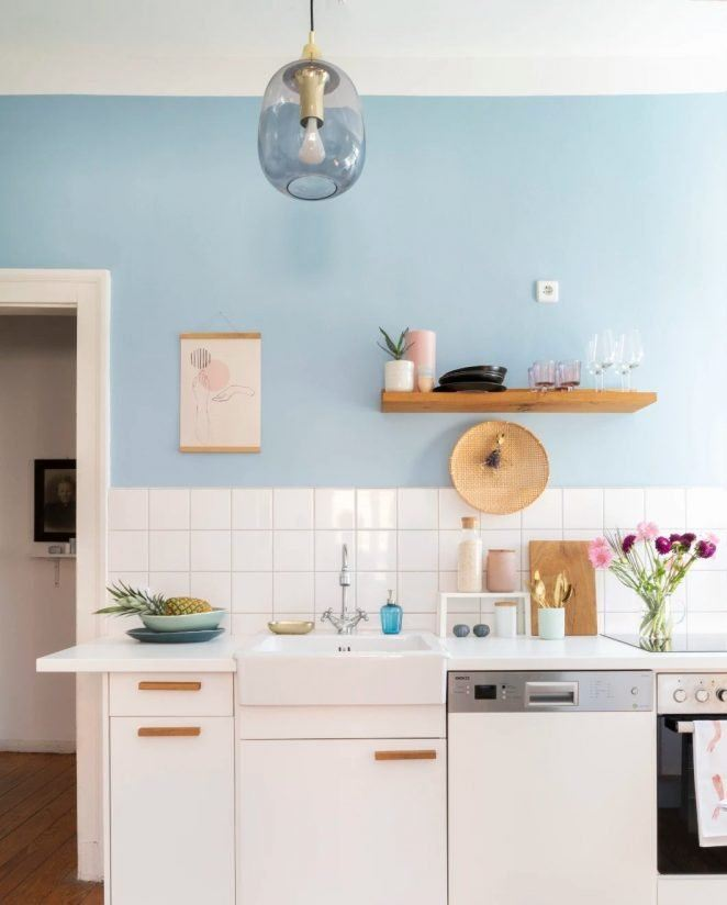 En esta cocina de decoración suave y con toques retro, el azul nube es un auténtico plus