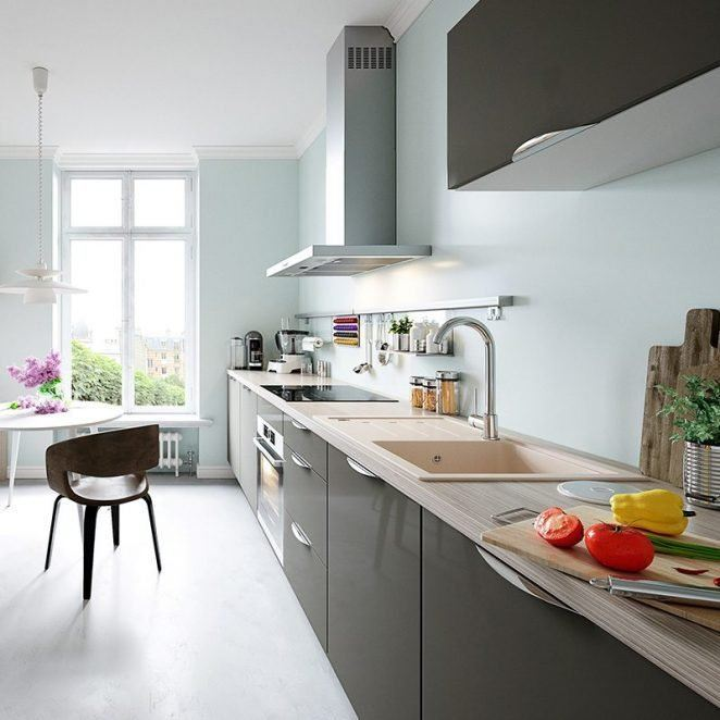 El azul cielo da a esta moderna cocina un aire más cálido y acogedor