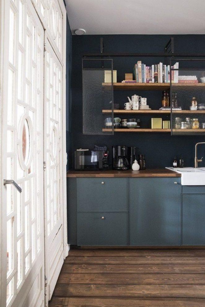 Como un degradado, el azul noche responde aquí a los muebles bajos de la cocina
