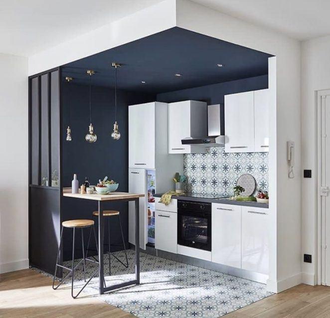 El azul noche es un gran color de pintura para realzar la sensación de nicho en esta cocina