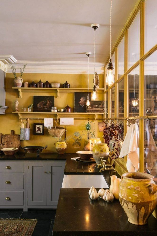 El amarillo mostaza es un color que queda bien en una cocina country chic