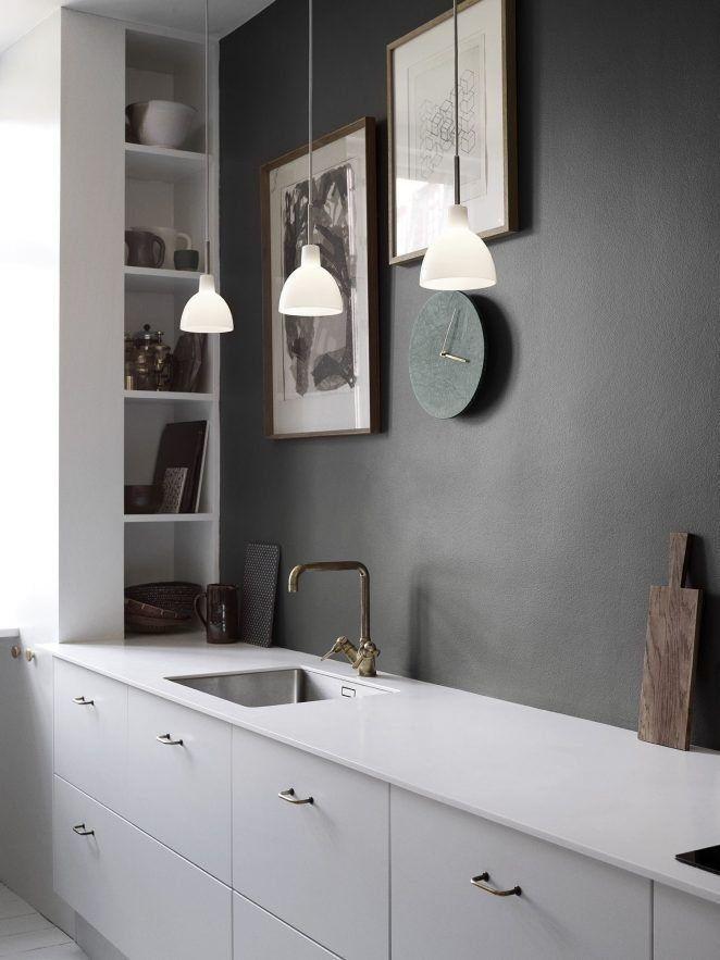 En esta moderna cocina, la pared negra aporta calidez y elegancia