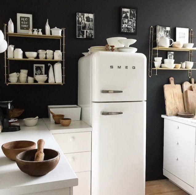 Fondo negro y muebles blancos para un ambiente retro en la cocina, ¡sí!