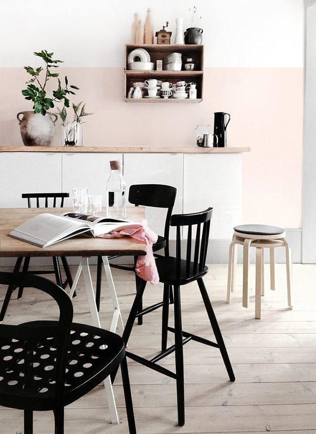 El blanco y la madera rubia son los mejores aliados del rosa nude en la cocina