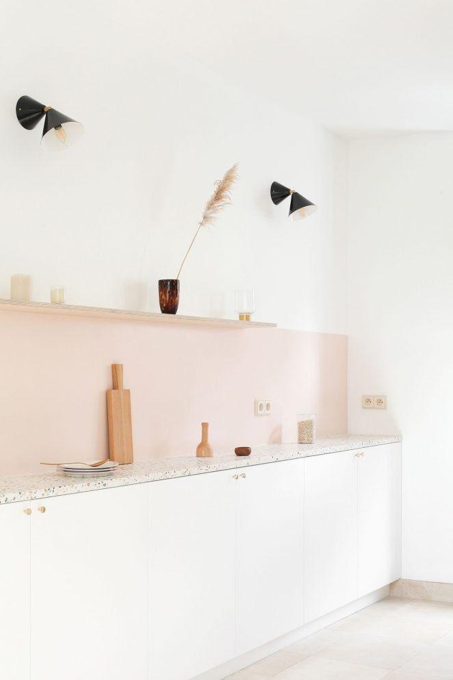 El rosa nude choca totalmente con el terrazo de la cocina