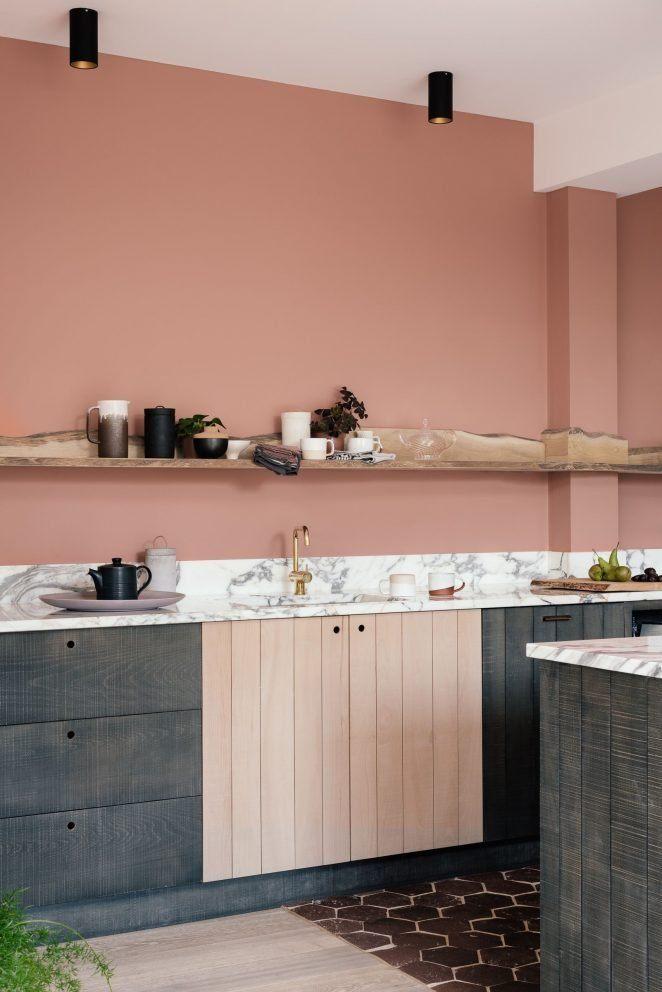 El terracota es un color de moda para la pintura de la cocina, que combina con el mármol y los muebles rústicos y elegantes.