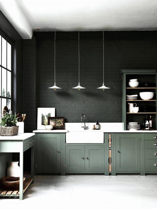 En esta cocina, el ladrillo se ha repintado en un verde intenso a juego con los muebles