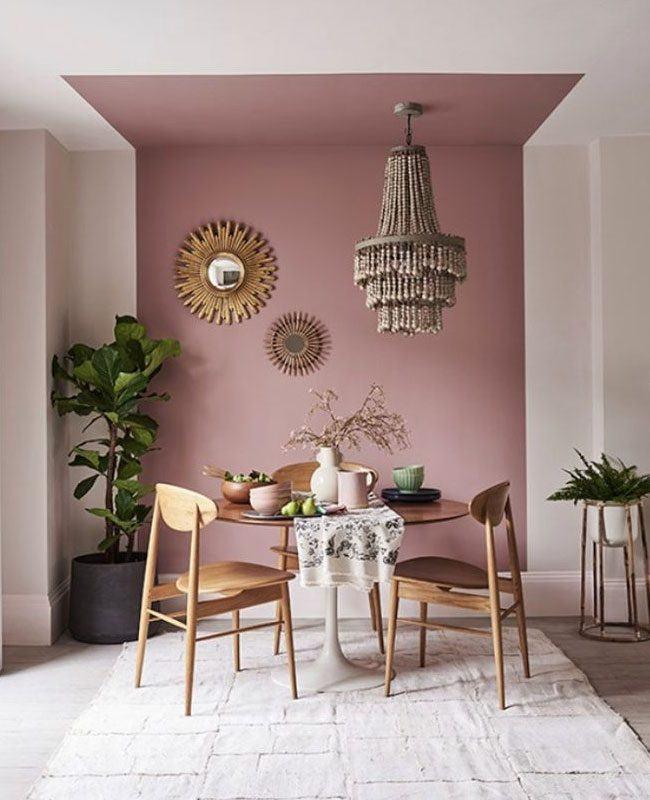 """/> <p>Ambiance bohème et feutrée avec une couleur vieux rose dans cette salle à manger.</p> <p style=""""text-align: center;""""> <a class=""""btn btn--arrow"""" href=""""https://www.homelisty.com/go/castorama-66715-12/"""" target=""""_blank"""">SHOPPER CETTE TENDANCE CHEZ CASTORAMA</a> </p> <a name=""""5-8211-les-couleurs-rustiques"""" class=""""mwm-aal-item""""></a><h2 id=""""h-5-les-couleurs-rustiques"""">5 – Les couleurs rustiques</h2> <img src=""""https://www.homelisty.com/wp-content/uploads/2020/10/tendance-deco-couleurs-rustiques.jpg"""" alt=""""Los colores rústicos marcan la vuelta a los orígenes de la decoración""""/> <p>Certainement l'effet d'une volonté de retour aux sources, apparaissent également pour cette année 2021 comme très tendance.</p> <p style=""""text-align: center;""""> <a class=""""btn btn--arrow"""" href=""""https://beta.jotun.com/no/no/decorative/interior/colours/12120-desert-pink-interior"""" target=""""_blank"""">SHOPPER CETTE TENDANCE CHEZ JOTUN</a> </p> <a name=""""6-8211-les-couleurs-reconfortantes-"""" class=""""mwm-aal-item""""></a><h2 id=""""h-6-les-couleurs-r-confortantes"""">6 – Les couleurs réconfortantes </h2> <img src=""""https://www.homelisty.com/wp-content/uploads/2020/10/tendance-deco-couleurs-reconfortantes.jpg"""" alt=""""Behr destaca los colores reconfortantes para sus colecciones de tendencia 2021""""/> <p>Les couleurs de l'année 2021 selon Behr, des teintes réconfortantes pour un intérieur apaisant et serein, ».</p> <p style=""""text-align: center;""""> <a class=""""btn btn--arrow"""" href=""""https://www.behr.com/consumer/inspiration/2021-color-trends/"""" target=""""_blank"""">SHOPPER CETTE TENDANCE CHEZ BEHR</a> </p> <a name=""""7-8211-le-vert-olive"""" class=""""mwm-aal-item""""></a><h2 id=""""h-7-le-vert-olive"""">7 – Le vert olive</h2> <img src=""""https://www.homelisty.com/wp-content/uploads/2020/10/tendance-deco-vert-olive.jpg"""" alt=""""El verde oliva es una pintura de moda en 2021 para Dulux Valentine""""/> <p>Dulux ajoute à ses prédictions de tendance déco 2021 le vert olive, parmi sa collection de peinture <em>Nourish</em>, qui met en avant des couleurs proches de l"""