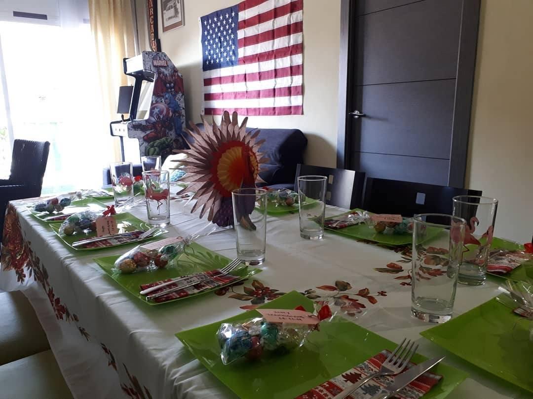 Mesa de Acción de Gracias sencilla con pavo de colores